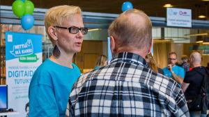 Nettiä ikä kaikki -kampanjan kirjastokiertueella Espoossa. Kuvassa valtiovarainminiesteriön viestintäasiantuntija Tanja Railo.