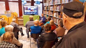 Nettiä ikä kaikki -kampanjan kirjastokiertueella Kajaanissa: Ylen Aamu-tv:n Juha Hietanen kertoo yleisölle työstään.
