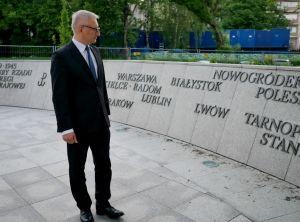 kansanedustaja stanislaw pienta ww2 muistomerkillä varsovassa