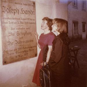 Meri Louhos ja Margit Rahkonrn Joseph Haydnin kodin edustalla Wienissä.