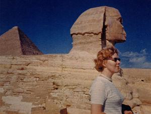Meri Louhos Kairossa Sfinksin edessä 1960-luvulla.