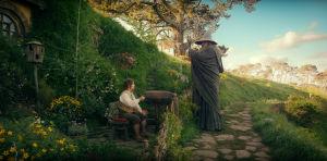 Hobitti Bilbo Reppuli ja Gandalf Konnun maisemissa, elokuvassa Hobitti - Odottamaton matka.