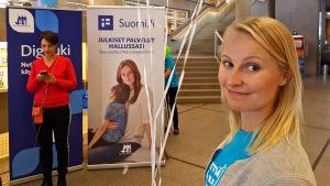 Nettiä ikä kaikki -kampanjan kirjastokiertueella Oulussa: Sanna Juutinen valtiovarainministeriöstä, taustalla Ylen Anna-Liisa Tilus.