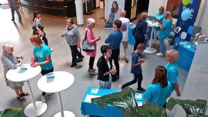 Nettiä ikä kaikki -kampanjan kirjastokiertueella Tampereella: Väkeä kirjaston aulassa.
