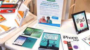 Nettiä ikä kaikki -kampanjan kirjastokiertueella Tampereella: Metso-kirjaston aulassa oli tietotekniikka-aiheisten kirjojen näyttely.