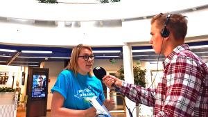 Nettiä ikä kaikki -kampanjan kirjastokiertueella Tampereelta: Yle Tampereen toimittaja haastattelee kampanjan Elina Saunamäkeä.