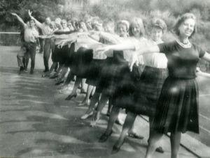 Meri Louhos Suomi-Tyttöjen kanssa kiertueella Länsi-Saksassa 1960-luvulla.