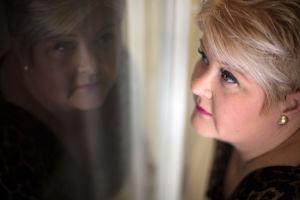Sari Palmunen katsoo ulos ikkunasta, josta heijastuu hänen peilikuvansa.
