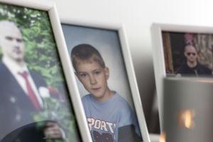 Valokuvia Mikko-pojasta pöydällä.