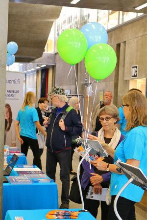 Nettiä ikä kaikki -kampanjan kirjastokiertueella Oulussa: Hyörinää esittelypöydillä kirjaston aulassa.