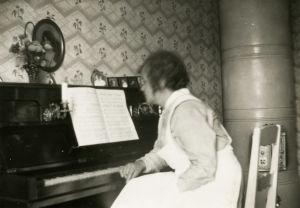 Meri Louhoksen isän siskot olivat musikaalisia. Yksi heistä soitti pianoa.
