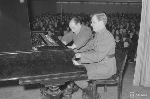 Luutnantti Fougstedt ja sotamies Godzinsky soittavat nelikätisesti pianoa Konservatorion salissa Toivekonsertissa 25.3.1943.