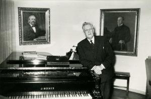 Ernst Linko nojaa flyygeliin Sibelius-Akatemian rehtorin huoneessa.