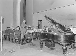 Rolf Bergroth on pianosolistina Äänislinnan kaupunginorkesterin ensimmäisessä sinfoniakonsertissa 11. marraskuuta 1942. Kapellimestarina musiikkikapteeni Onni Palomäki.
