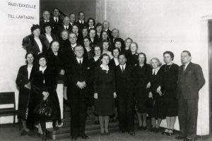 Sibelius-Akatemian henkilökuntaa 1940-50-lukujen vaihteessa. Etualalla rehtori Ernst Linko ja äärimmäisenä oikealla säveltäjä Aarre Merikanto.