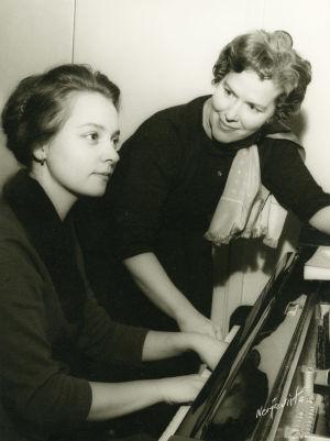 Meri Louhos opettaa 1960. Oppilaana Ritva-Leena Pitkäpaasi.