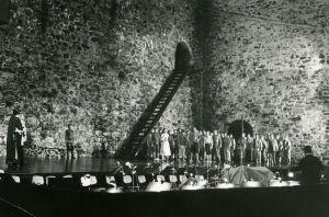Meri Louhos säestää pianolla Fideliota vesisateessa Olavinlinnassa 1968.