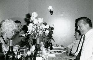 Kim Borg ja Pekka Nuotio syömässä Savonlinnan Majakka-ravintolassa 1960-luvulla.