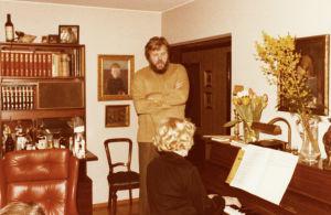Meri Louhos säestää Martti Talvelaa Kari Suomalaisen kotona juhlissa 1970-luvulla.