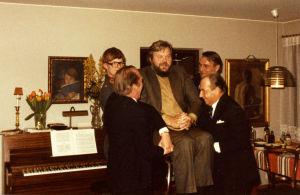 Martti Talvela nostetaan ilmaan Kari Suomalaisen juhlissa 1970-luvulla.