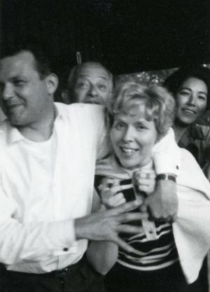 Richard Hauser, vaimonsa, Kauko Kuosma ja Meri Louhos.