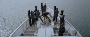Miehet kilpailevat Ikea-hyllyn kokoamisessa huvijahdin kannella elokuvassa Chevalier
