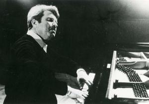 Pianotaiteilija Emil Gilels soittaa.
