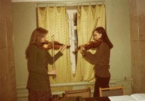 Suomalaisviulistit harjoittelevat Moskovan konservatorion asuntolassa 1978.