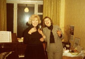 Meri Louhos ja puolalainen kämppakaveri Moskovan konservatorion asuntolassa 1978.