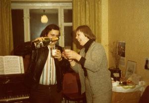 Meri Louhoksen puolalainen kämppäkaveri saa lasin kuohuviiniä asuntolassa.