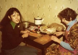 Opiskelijat laittavat ruokaa Moskovan konservatorion asuntolassa 1978.