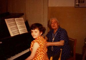 Anaida Shumbatjan opettaa Moskovassa 1978.