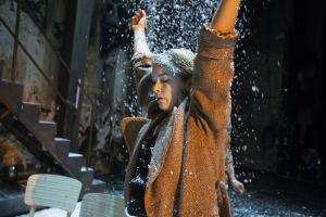 Irina (Marja Salo) seisoo lumisateessa.