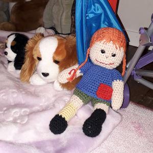 Dockan och kramdjuren väntar på att 6-åriga Samantha ska flytta till dem i Korsnäs.