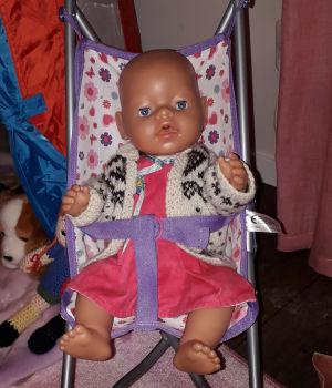 Sexåriga Samantha önskar sig en mamma, en pappa och en docka. Om några dagar startar resan till Filippinerna både för docka och föräldrar.