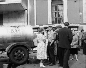 Olutta tai kaljaa jaetaan kansalle mukeihin tynnyriperävaunusta 1960-luvun Leningradissa.