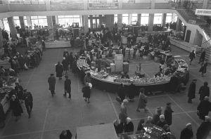 Ihmisiä ostoksilla leningradilaisessa kauppahallissa 1960-luvulla.