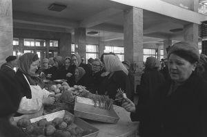 Mummoja ruokaostoksilla leningradilaisessa kauppahallissa 1960-luvulla.