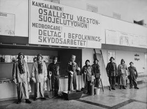 Suomen kaasusuojelujärjestön opastuspäivät Bio Rexin aulatiloissa syyskuun lopussa 1939. Suojavarustein ja apuvälinein varustautuneita koulupoikia rivissä.