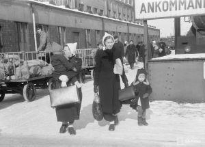 Evakosta palaavia ihmisiä Helsingin rautatieasemalla 1. maaliskuuta 1940.