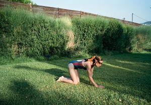 Nuori nainen konttaa sokkona nurmikolla elokuvassa Kulmahammas