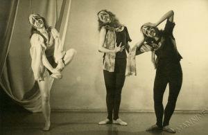 Puolanne-ryhmän tanssijoita naamioissa.
