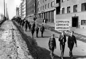 """Sotilaspojat kantavat kylttiä """"Lumpuista lämmintä armeijalle!"""" huhtikuun 12. päivänä 1942."""