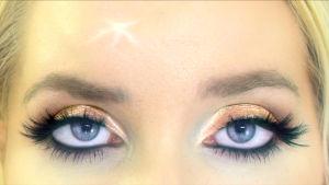 Lähikuva dokumenttielokuvan päähenkilön vahvasti meikatuista silmistä
