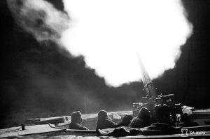 Taivaskallion raskas ilmatorjunta ampuu 23. marraskuuta 1942.