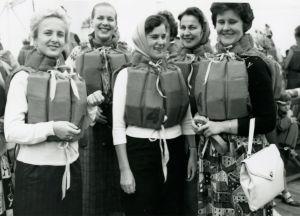 Meri Louhos pelastusliiviharjoituksessa valtamerilaivalla elokuussa 1960.
