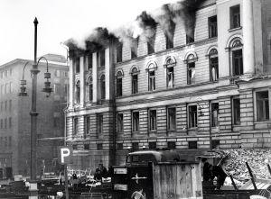 Helsingin yliopisto palaa helmikuun pommituksissa 1944.