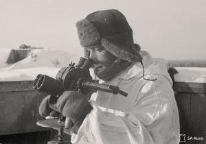 Vihollislentäjää tähystetaan Taivaskallion ilmatorjuntapatterissa 24. tammikuuta 1942.