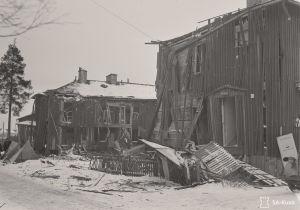 Helmikuun 1944 suurpommitusten tuhoja Sampsantiellä Käpylässä.