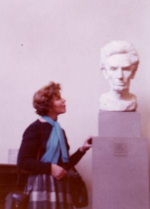 Meri Louhos ja Abraham Lincolnin rintakuva Amerikassa 1960-61.